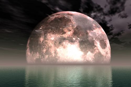 Luna emergente dalle acque