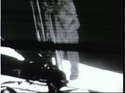 Neil Armstrong discende la scaletta del Lem