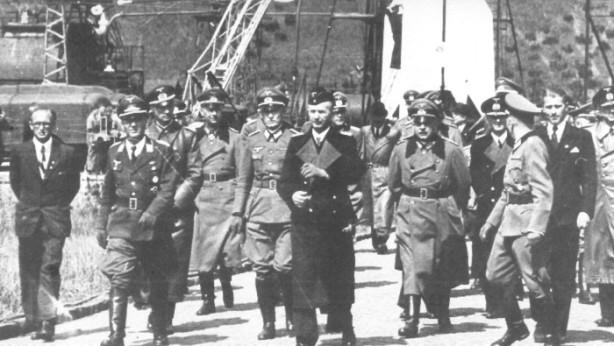 Alti gerarchi nazisti visitano Peenemunde, Von Braun è il civile a destra