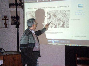 Sotiris Sofias analizza le impronte lasciate dagli astronauti sulla Luna
