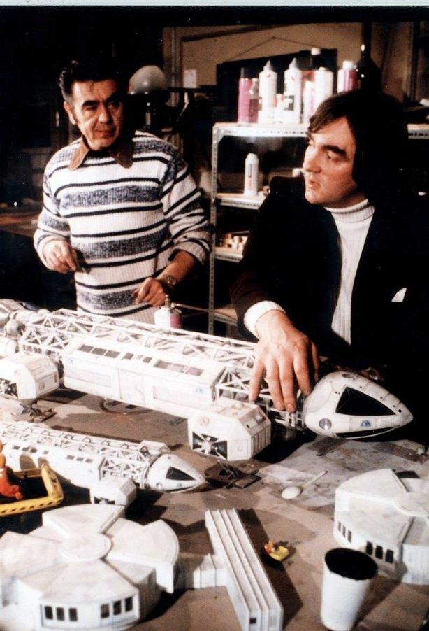 Cyril Forster e Brian Johnson con modelli di aquila in varia scala.