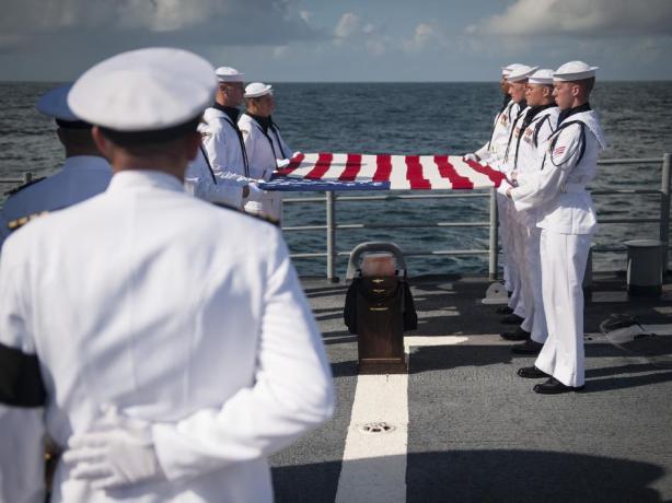 Cerimonia di sepoltura in mare di Neil Armstrong
