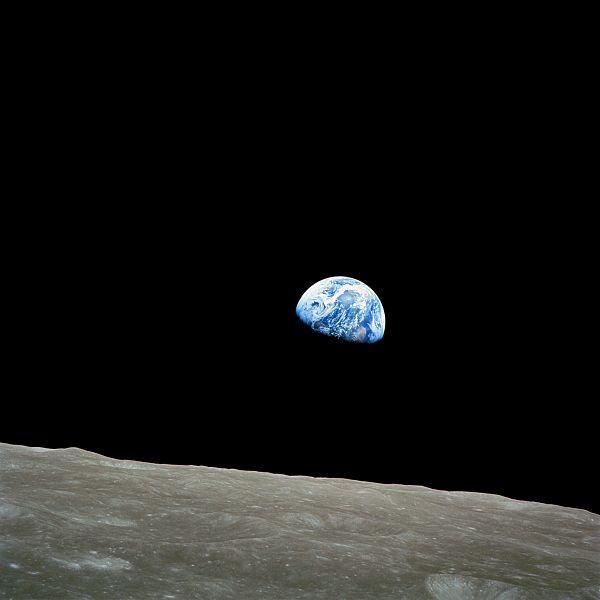 Earthrise presa da Wikipedia in cui le stelle non ci sono