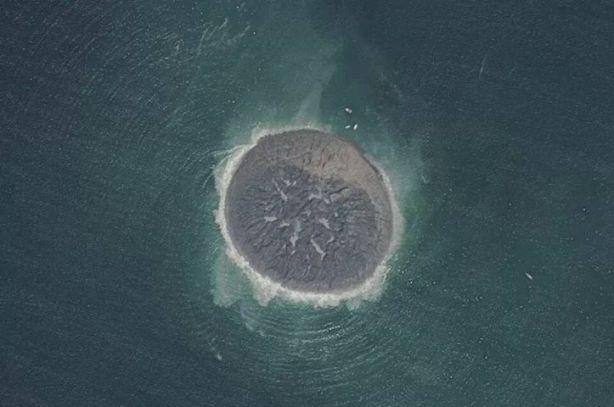 La nuova isola in Pachistan dopo il terremoto vista dall'alto