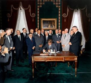 Kennedy firma il Trattato per il bando degli esperimenti atomici (7 - 10 - 63)