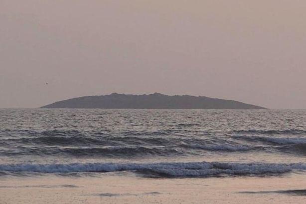 L'isola pachistana vista dalla spiaggia costiera